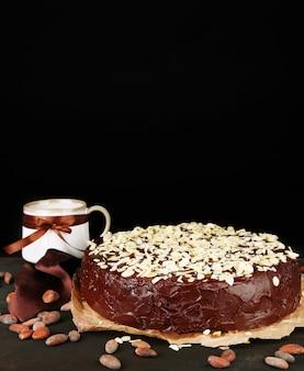 木製のテーブルの上の木製のテーブルにアーモンドとおいしいチョコレートケーキ
