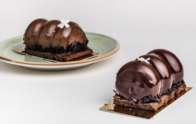 テーブルの上のおいしいチョコレートケーキ