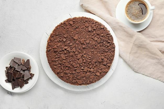 흰색 바탕에 맛있는 초콜릿 치즈 케이크