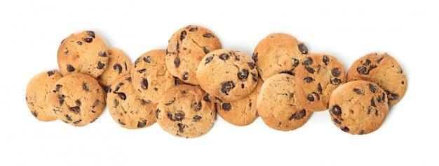 白い背景で隔離のおいしいチョコレートチップクッキー