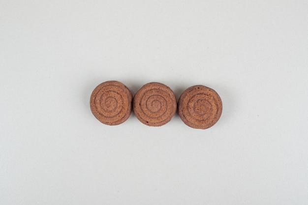회색 표면에 맛있는 초콜릿 쿠키