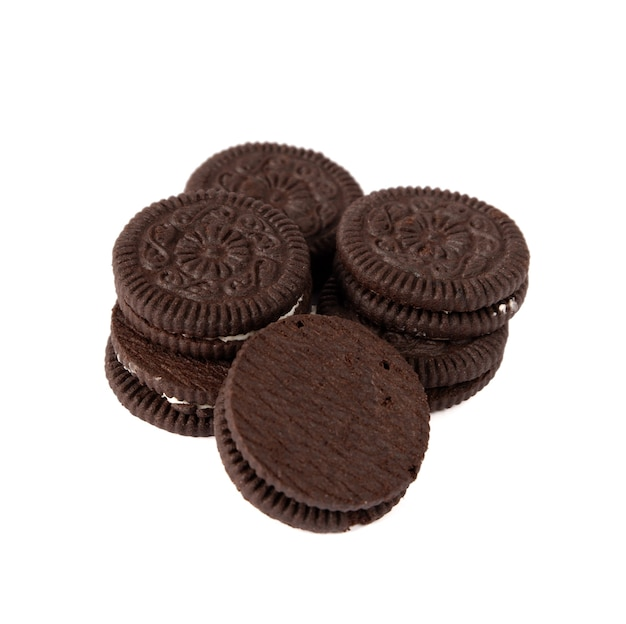 白い背景の上のクリームとおいしいチョコレートクッキー