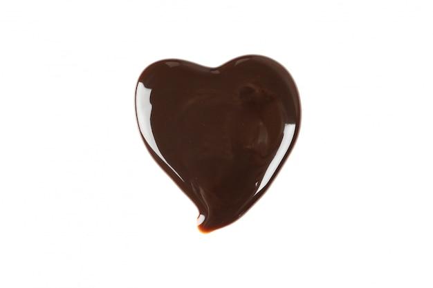 白で隔離される心臓の形でおいしいチョコレート