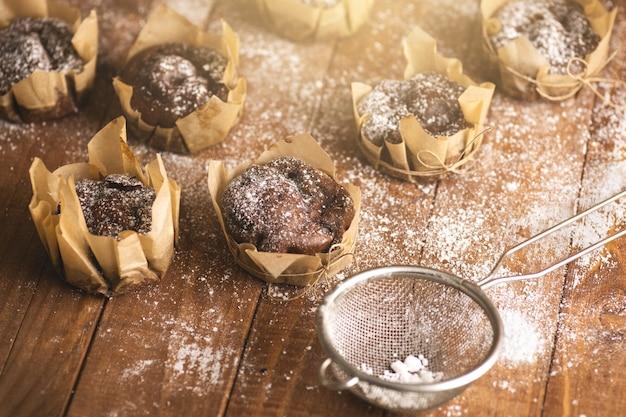 테이블에 가루 설탕에 맛있는 초콜릿 머핀