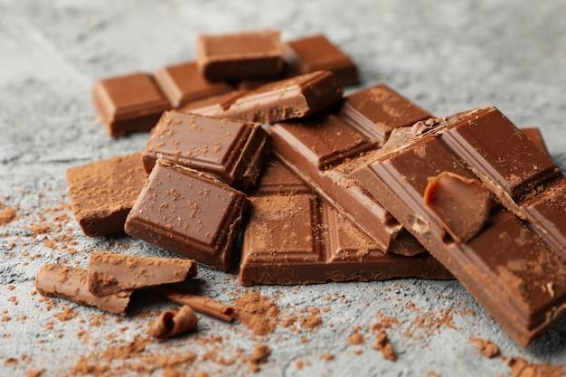 灰色の背景においしいチョコレート。甘い食べ物