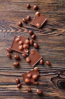 Вкусный шоколад с фундуком на деревянном столе