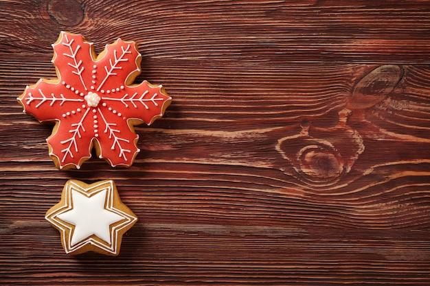 木製のテーブルの上のおいしいクリスマスクッキー