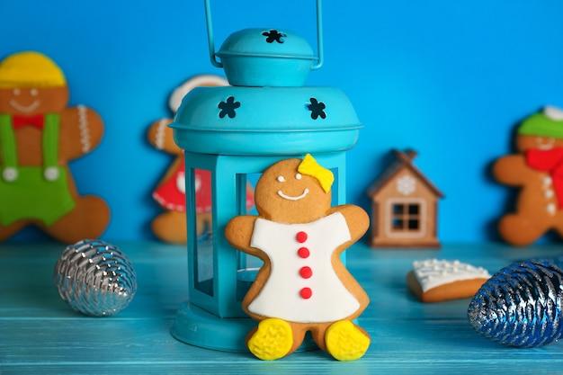 Вкусное рождественское домашнее печенье и декоративный фонарь на цветном фоне
