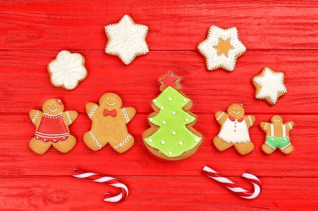 Вкусное рождественское домашнее печенье на цветном деревянном фоне