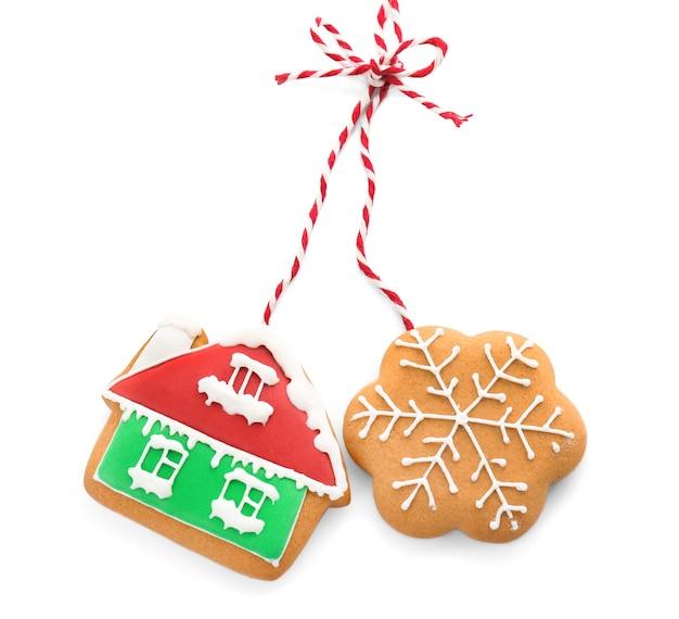 Вкусное рождественское домашнее печенье на белом фоне