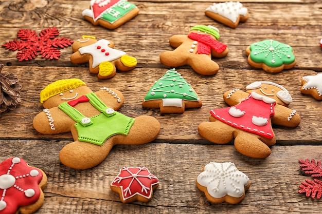 Вкусное рождественское домашнее печенье на деревянных фоне