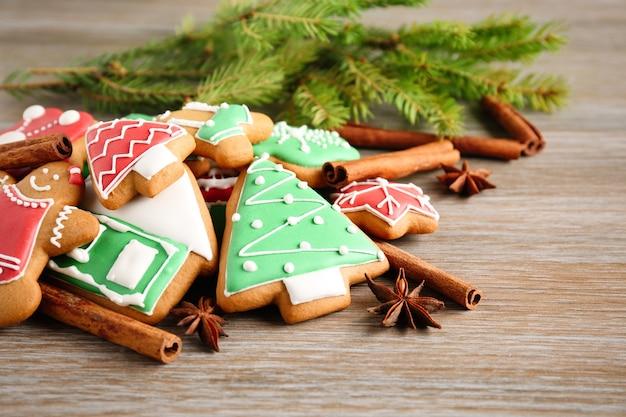 나무 테이블에 맛있는 크리스마스 홈메이드 쿠키