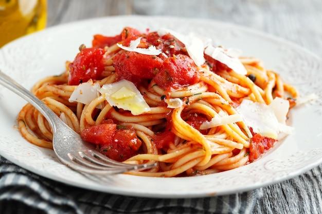 토마토 소스와 치즈 접시에 맛있는 고전적인 이탈리아 파스타. 확대.