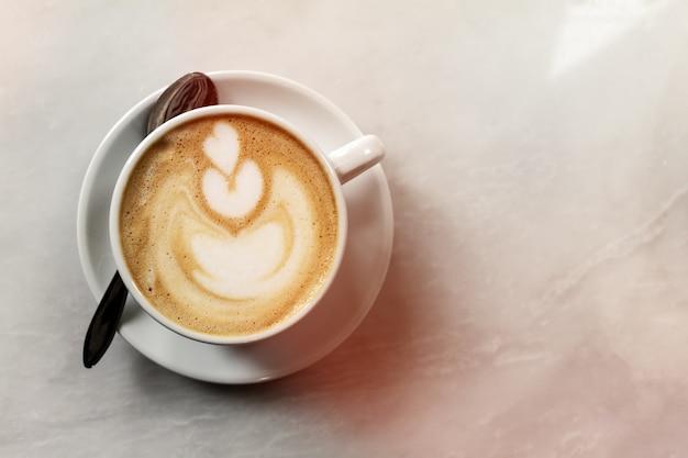 카페에서 테이블에 맛있는 고전적인 전통적인 이탈리아 커피 카푸치노. 데이 라이트. 복사 공간이있는 상위 뷰.