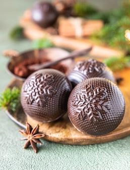 마시멜로와 초콜릿 트렌디한 겨울 뜨거운 음료와 함께 맛있는 코코아 폭탄