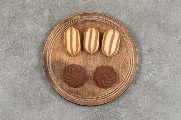Gustosi biscotti al cacao su tavola di legno.