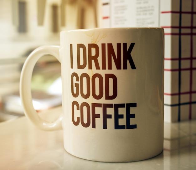 カフェのテーブルのカップでおいしいコーヒー。デイライト。