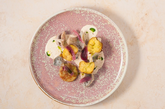 Вкусная холодная закуска из картофеля с грибами, сметаной и луком вид сверху