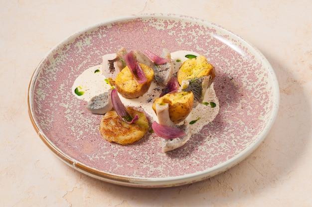 Вкусная холодная закуска из картофеля с грибной сметаной и луком