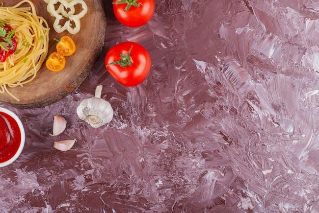 Вкусные красочные аппетитные приготовленные спагетти итальянские макароны с томатным соусом и свежим чесноком.