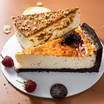 Вкусные красочные шоколадные торты с фруктами крупным планом