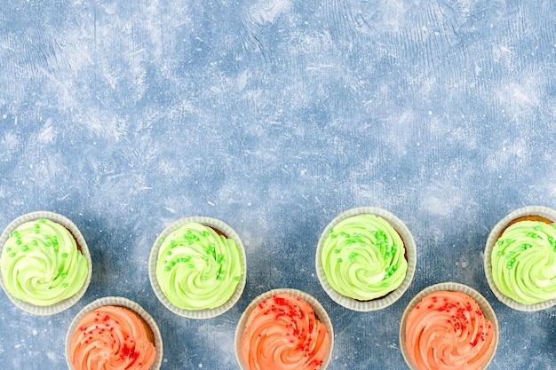 Вкусные красочные кексы крупным планом с копией пространства