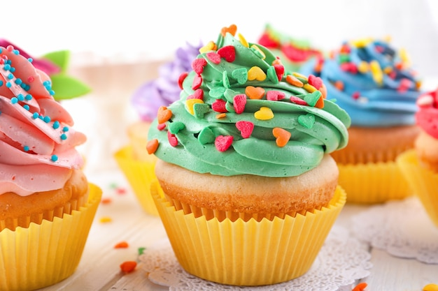 테이블에 맛있는 다채로운 컵 케이크