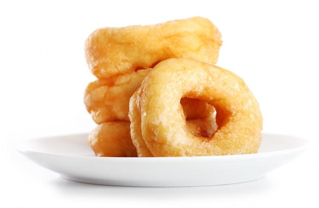 Вкусные красочные пончики на тарелке
