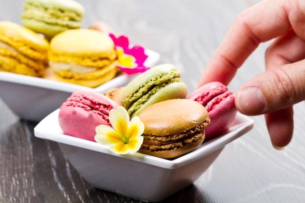 나무 테이블에 맛있는 다채로운 마카롱 프리미엄 사진