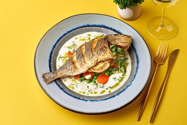 白ワインと新鮮な野菜をベースにしたフレンチソースのおいしい魚料理