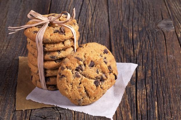 古い木製のテーブルにチョコレートとおいしいクッキー