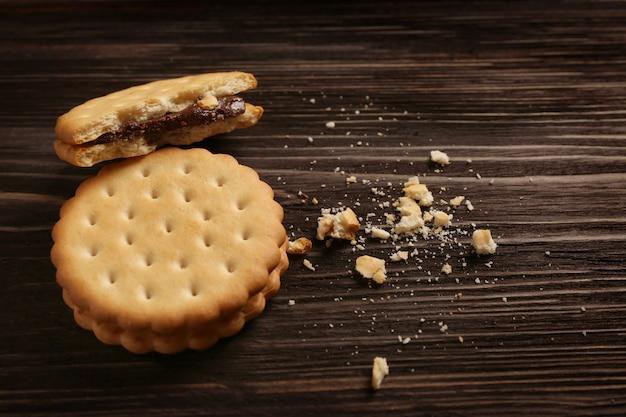 木製のテーブルにパン粉とおいしいクッキー