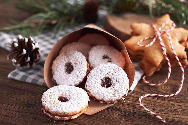 Gustosi biscotti con marmellata per natale