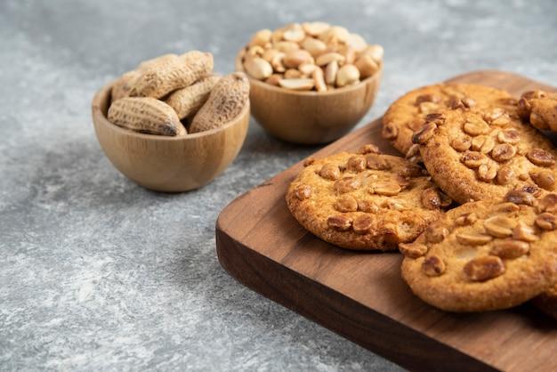 나무 판자에 유기농 땅콩과 꿀을 넣은 맛있는 쿠키.