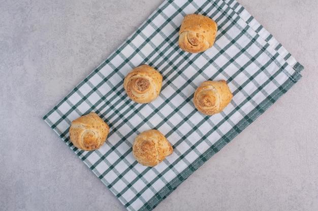 식탁보에 참깨와 함께 맛있는 쿠키. 고품질 사진