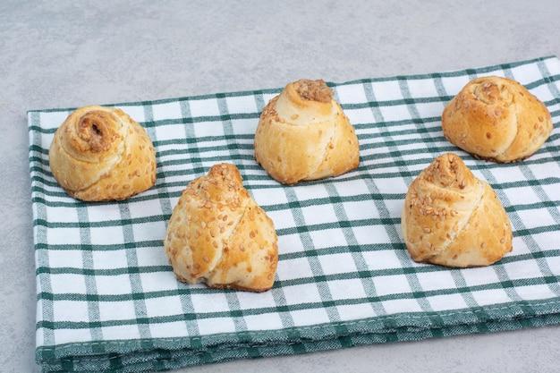 Gustosi biscotti con semi di sesamo sulla tovaglia. foto di alta qualità