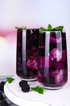 밝은 배경에 나무 테이블에 얼음 맛있는 시원한 블랙 베리 레모네이드