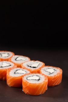 Вкусный сливочный сыр и роллы с суши из лосося