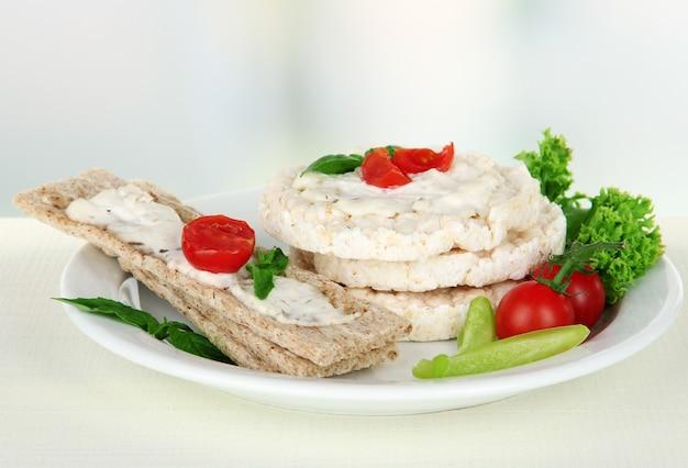 Вкусные хлебцы с овощами на белом столе