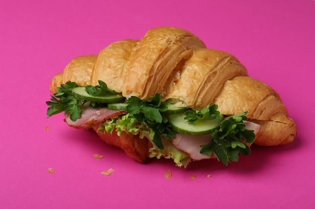 핑크, 맛있는 크로 샌드위치를 닫습니다.