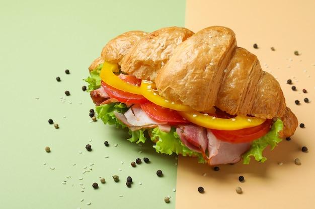 두 가지 음색에 맛있는 크루아상 샌드위치