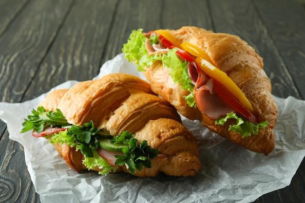 木製のおいしいクロワッサンサンドイッチ、クローズアップ