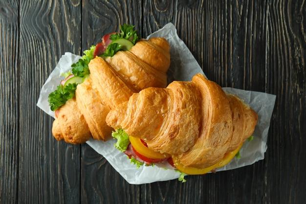 木製のおいしいクロワッサンサンドイッチ、上面図