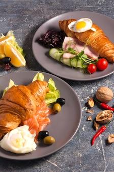 Вкусный круассан с копченым лососем и круассаном с ветчиной concept breakfast