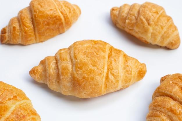 Вкусные круассаны на белой поверхности
