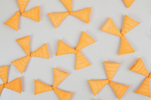 회색 표면에 맛있는 바삭 바삭한 칩