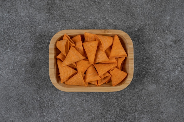 나무 접시에 맛있는 바삭 바삭한 칩.