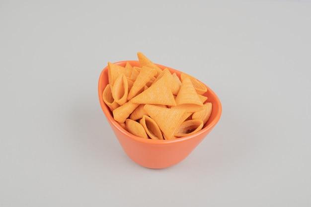 Gustose patatine croccanti in ciotola arancione