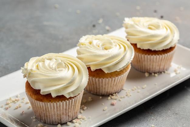 おいしいカップケーキのクローズアップ、浅い被写界深度。ホリデーケーキのお祝い、おいしいデザート