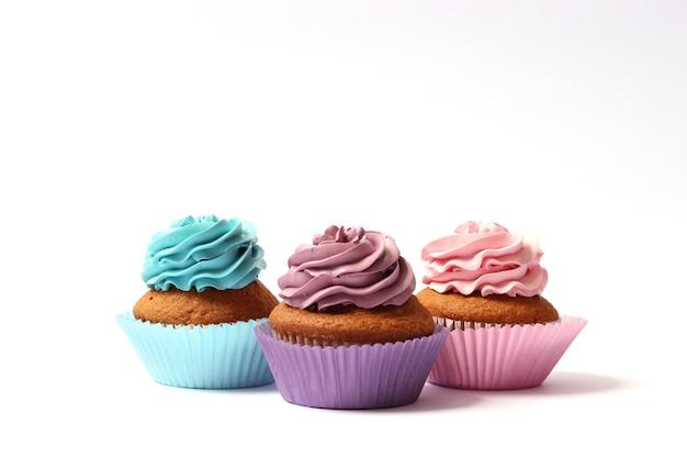 흰색 배경 근접 촬영에 맛있는 컵 케이크